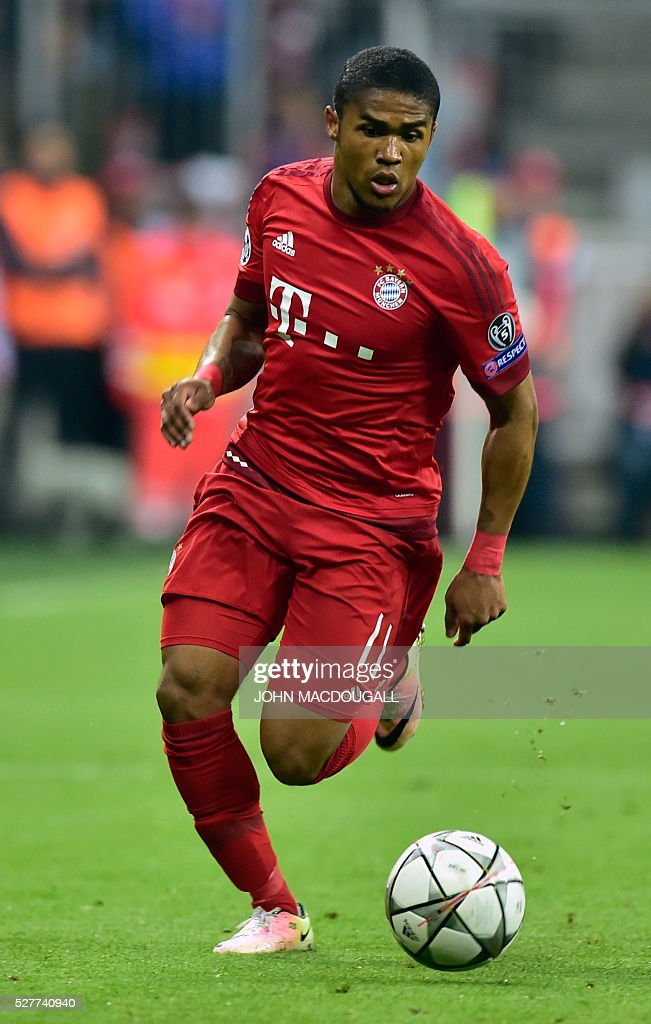 Bayern Munich's Brazilian midfielder Douglas Costa runs with the ball during the UEFA Champions League semi-final, second-leg football match between FC Bayern Munich and Atletico Madrid in Munich, southern Germany, on May 3, 2016. / AFP / John MACDOUGALL