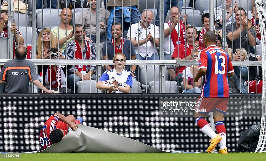 Bayern Munich's Brazilian striker Giovane Elber celebrates his goal and wraps himself in a carpet as his teammate Paulo Sergio looks on during an...
