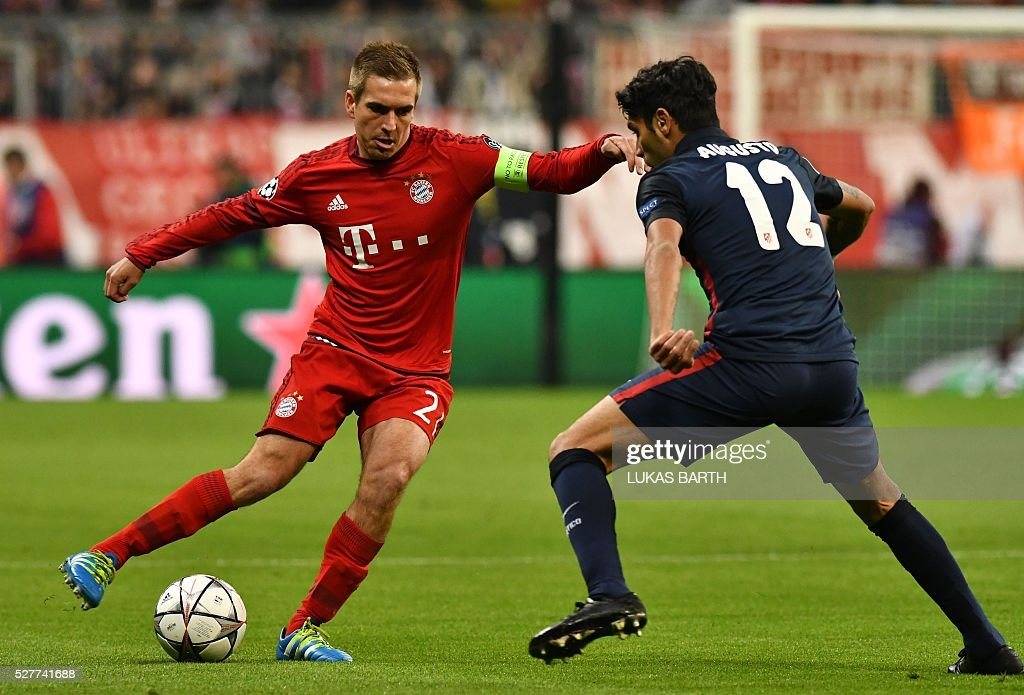 Bayern Munich's defender Philipp Lahm (L) and Atletico Madrid's Argentinian midfielder Augusto Fernandez vie for the ball during the UEFA Champions League semi-final, second-leg football match between FC Bayern Munich and Atletico Madrid in Munich, southern Germany, on May 3, 2016. / AFP / LUKAS