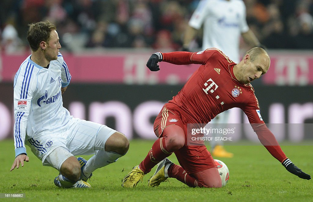 Bayern Munich's Dutch midfielder Arjen Robben (R) and Schalke's defender Benedikt Hoewedes (L) vie for the ball during the German first division Bundesliga football match FC Bayern Munich vs FC Schalke 04 in Munich, southern Germany, on February 9, 2013.