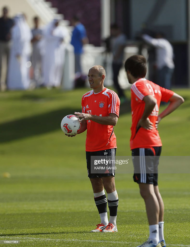 Bayern Munich's Dutch midfielder Arjen Robben (L) and Spanish midfielder Javier Martinez (R) attend a training session at the Aspire Academy for Sports Excellence in Doha on January 6, 2013. Bayern Munich is in Qatar for a week-long training camp before the beginning of the new season of the German Bundesliga after the winter break. AFP PHOTO/KARIM SAHIB