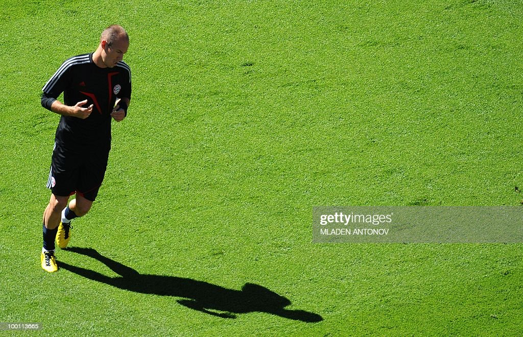 Bayern Munich's Dutch striker Arjen Robben jogs during a training session at the Santiago Bernabeu stadium in Madrid on May 21, 2010 on the eve of the UEFA Champions League final football match. Inter Milan will face Bayern Munich in the UEFA Champions League final match to be played at the Santiago Bernabeu Stadium in Madrid on May 22, 2010.