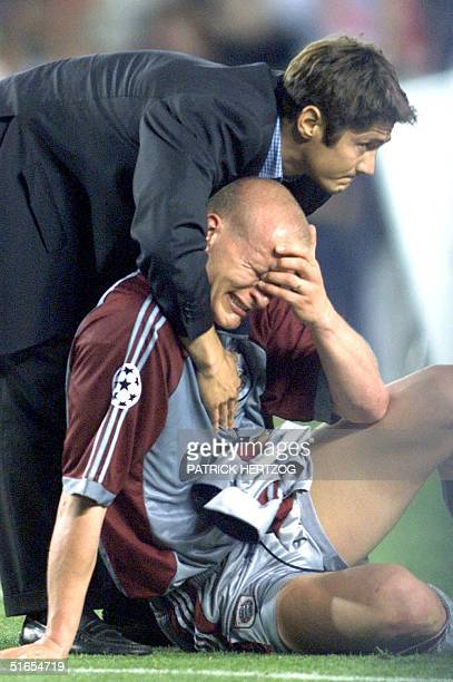 Bayern Munich's french defender Bixente Lizarazu consolate teammate Carsten Janker after losing the final of the soccer Champions League against...