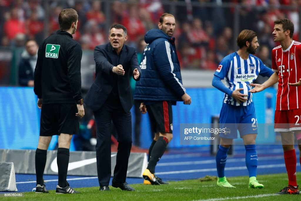 Bayern Munich's French interim head coach Willy Sagnol argues with the fourth offical during the German first division Bundesliga football match between Hertha Berlin and FC Bayern Munich in Berlin, on October 1, 2017. / AFP PHOTO / Odd