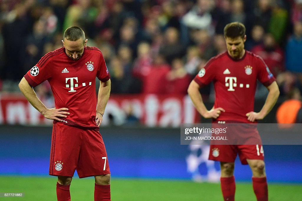 Bayern Munich's French midfielder Franck Ribery (L) and Bayern Munich's Spanish midfielder Xabi Alonso react after the UEFA Champions League semi-final, second-leg football match between FC Bayern Munich and Atletico Madrid in Munich, southern Germany, on May 3, 2016. / AFP / John MACDOUGALL