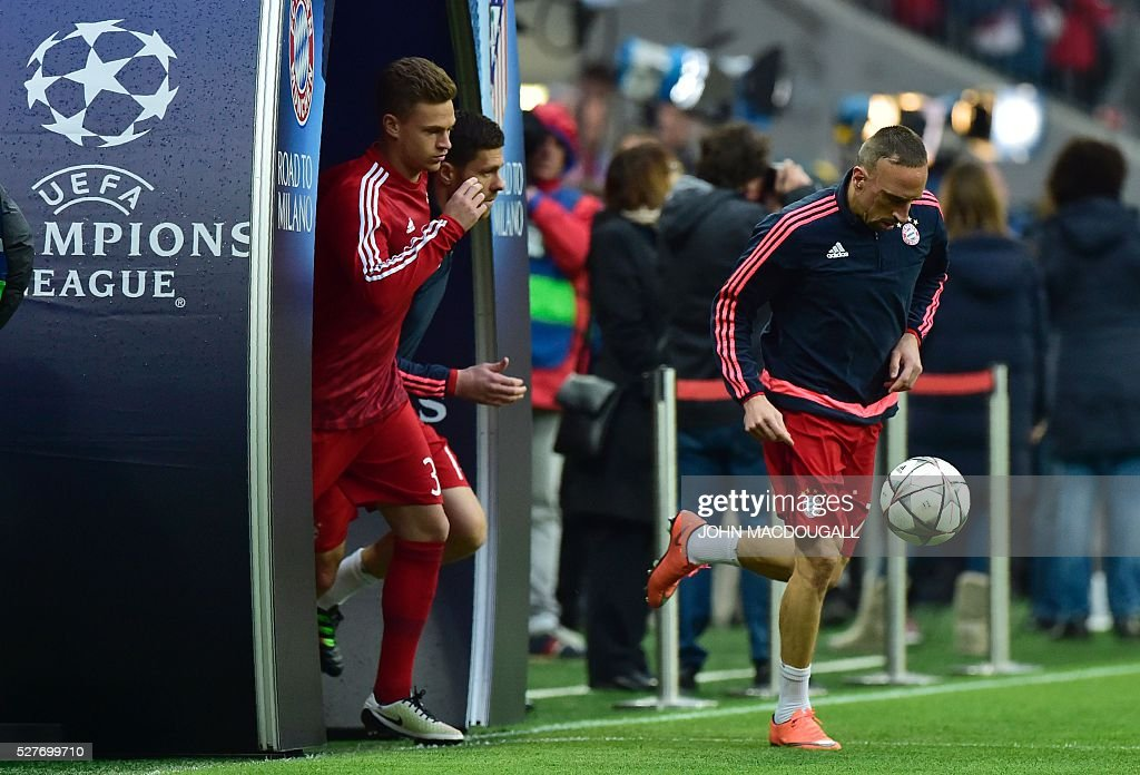 Bayern Munich's French midfielder Franck Ribery (R) and his team-mates make their way on to the pitch prior to the UEFA Champions League semi-final, second-leg football match between FC Bayern Munich and Atletico Madrid in Munich, southern Germany, on May 3, 2016. / AFP / John MACDOUGALL