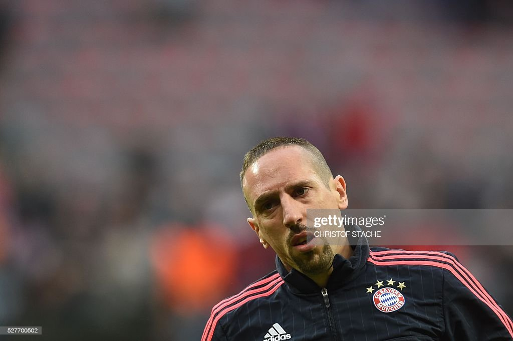 Bayern Munich's French midfielder Franck Ribery arrives on the pitch to warm up prior to the UEFA Champions League semi-final, second-leg football match between FC Bayern Munich and Atletico Madrid in Munich, southern Germany, on May 3, 2016. / AFP / Christof Stache