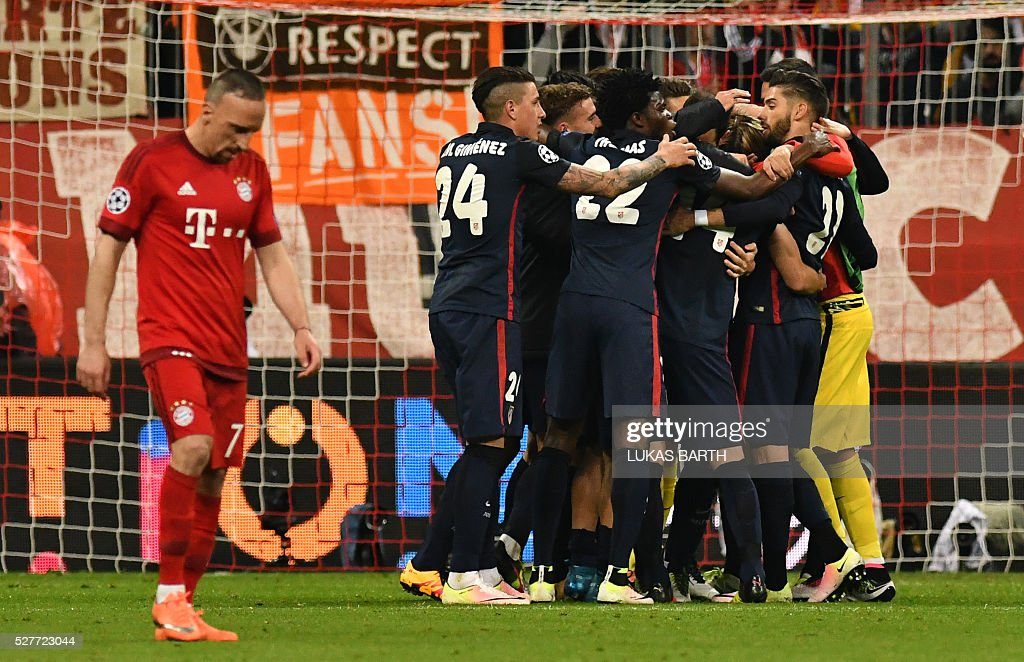 Bayern Munich's French midfielder Franck Ribery (L) reacts as Atletico Madrid players celebrate after the UEFA Champions League semi-final, second-leg football match between FC Bayern Munich and Atletico Madrid in Munich, southern Germany, on May 3, 2016. / AFP / LUKAS