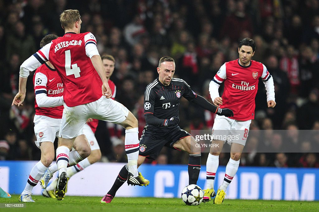 Bayern Munich's French midfielder Franck Ribery (C) runs the ball between Arsenal's German defender Per Mertesacker (L) and Arsenal's Spanish midfielder Mikel Arteta (R) during the UEFA Champions League round of 16 football match between Arsenal and Bayern Munich at the Emirates Stadium in north London on February 19, 2013.