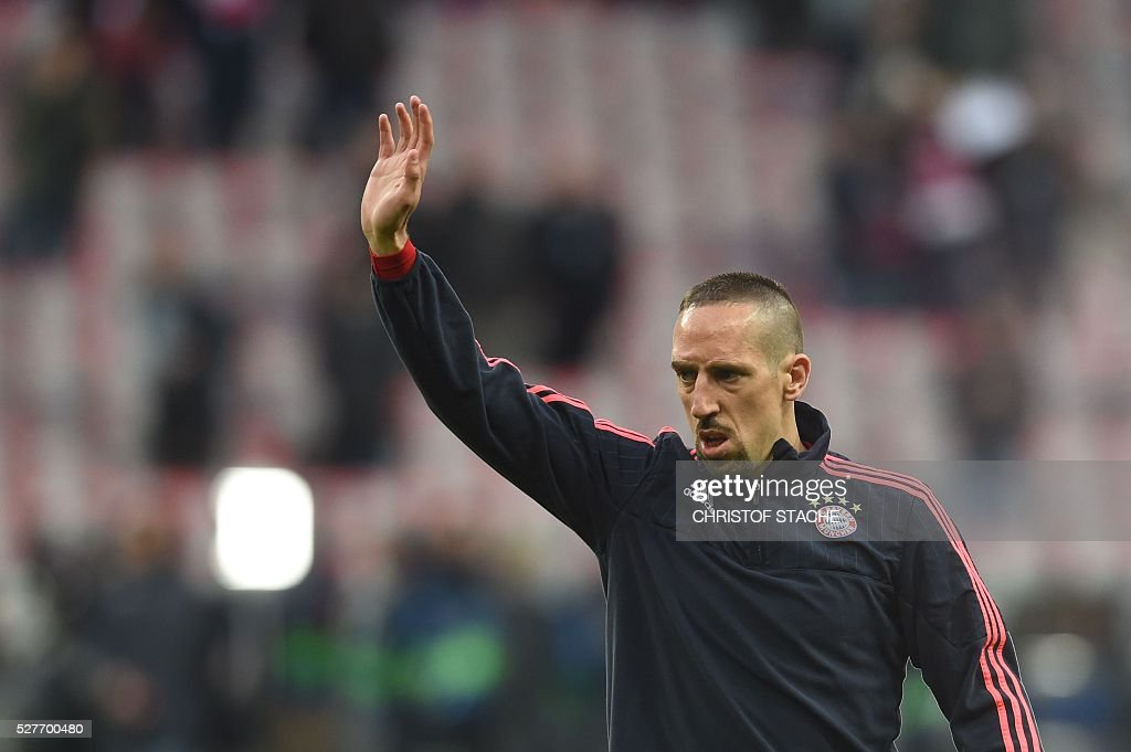 Bayern Munich's French midfielder Franck Ribery waves as he arrives on the pitch to warm up prior to the UEFA Champions League semi-final, second-leg football match between FC Bayern Munich and Atletico Madrid in Munich, southern Germany, on May 3, 2016. / AFP / Christof Stache