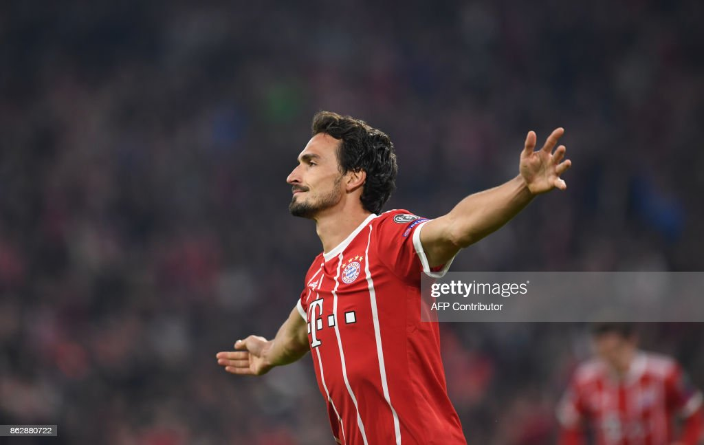 Bayern Munich's German defender Mats Hummels celebrates scoring during the Champions League group B match between FC Bayern Munich and Celtic Glasgow in Munich, southern Germany, on October 18, 2017. / AFP PHOTO / Christof STACHE