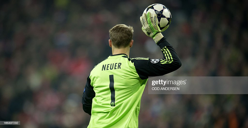 Bayern Munich's goalkeeper Manuel Neuer prepares to throw out the ball during the UEFA Champions league first leg quarter final football match between Bayern Munich and Juventus at the Allianz arena in Munich on April 2, 2013. Bayern defeated Juventus 2-0. AFP PHOTO / ODD ANDERSEN