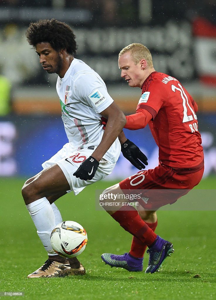Bayern Munich's midfielder Sebastian Rode (L) and Augsburg's Brazil midfielder Caiuby vie for the ball during the German first division Bundesliga football match of FC Augsburg vs FC Bayern Munich in Augsburg, southern Germany, on February 14, 2016. / AFP / CHRISTOF STACHE /