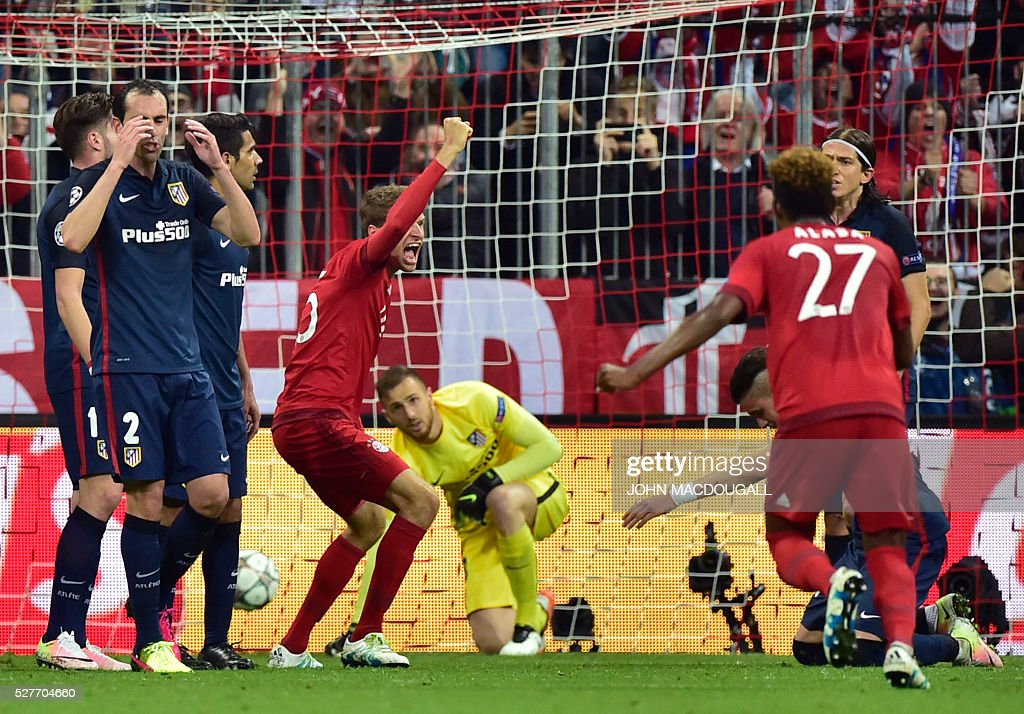 Bayern Munich's midfielder Thomas Mueller (C) celebrates after the opening goal during the UEFA Champions League semi-final, second-leg football match between FC Bayern Munich and Atletico Madrid in Munich, southern Germany, on May 3, 2016. / AFP / John MACDOUGALL