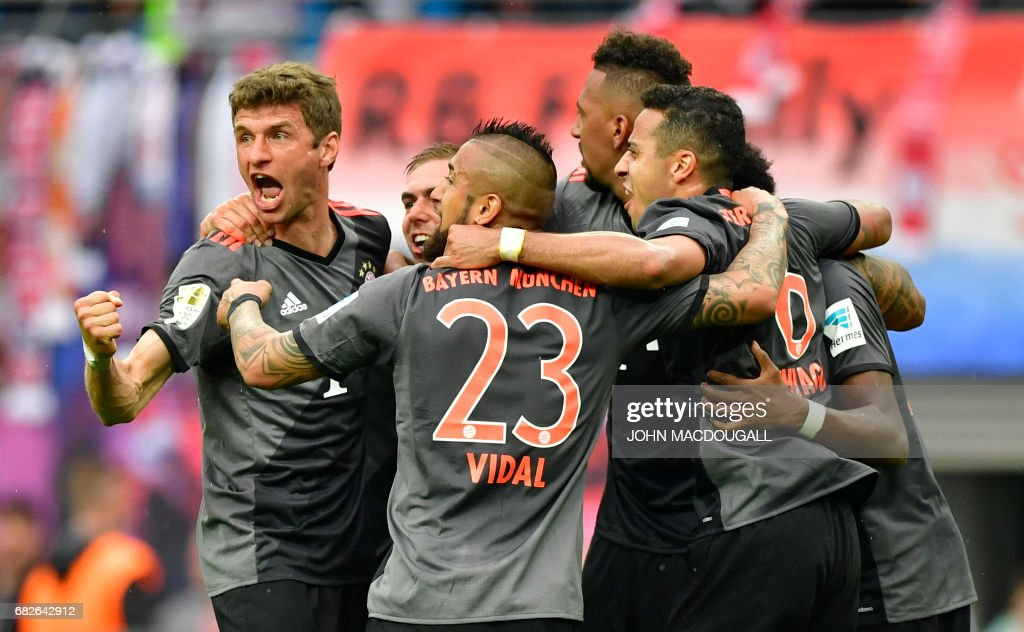 Bayern Munich's players celebrate at the end of the German first division Bundesliga football match between RB Leipzig and FC Bayern Munich on May 13, 2017 in Leipzig, eastern Germany. / AFP PHOTO / John