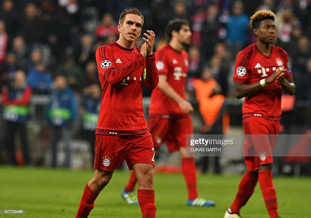 Bayern Munich's players including defender Philipp Lahm (L) react after the UEFA Champions League semi-final, second-leg football match between FC Bayern Munich and Atletico Madrid in Munich, southern Germany, on May 3, 2016. / AFP / LUKAS