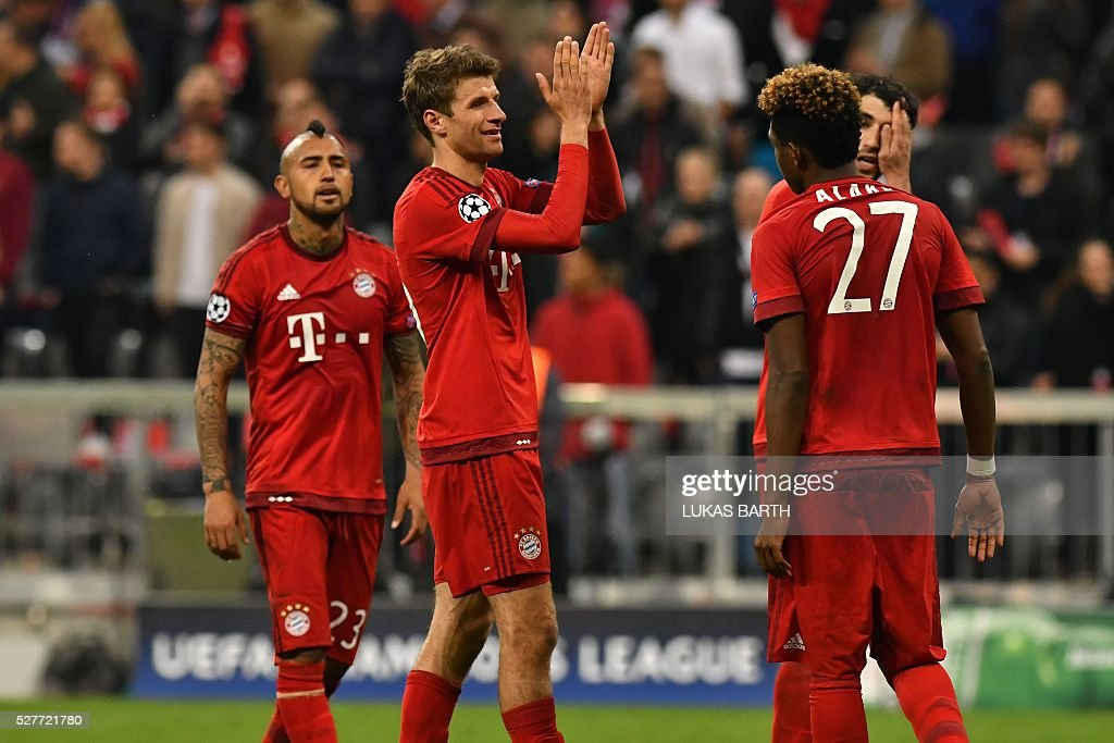 Bayern Munich's players including midfielder Thomas Mueller react after the UEFA Champions League semi-final, second-leg football match between FC Bayern Munich and Atletico Madrid in Munich, southern Germany, on May 3, 2016. / AFP / LUKAS