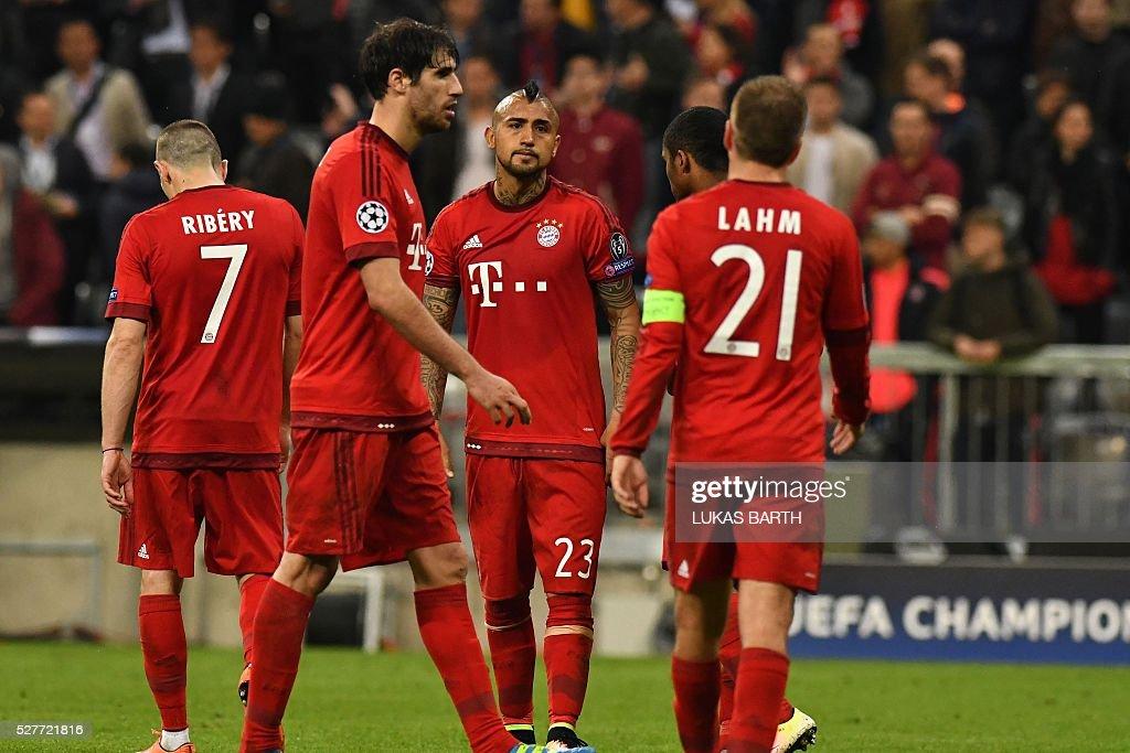 Bayern Munich's players react after the UEFA Champions League semi-final, second-leg football match between FC Bayern Munich and Atletico Madrid in Munich, southern Germany, on May 3, 2016. / AFP / LUKAS