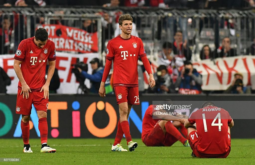 Bayern Munich's players react after the UEFA Champions League semi-final, second-leg football match between FC Bayern Munich and Atletico Madrid in Munich, southern Germany, on May 3, 2016. / AFP / LUKAS