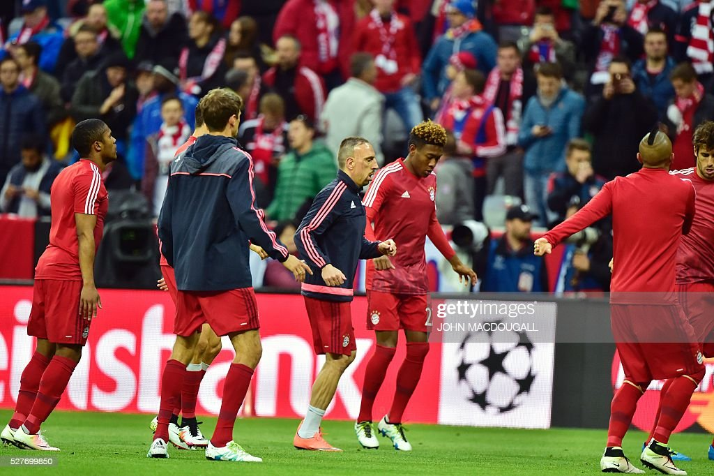 Bayern Munich's players warm up prior to the UEFA Champions League semi-final, second-leg football match between FC Bayern Munich and Atletico Madrid in Munich, southern Germany, on May 3, 2016 / AFP / John MACDOUGALL