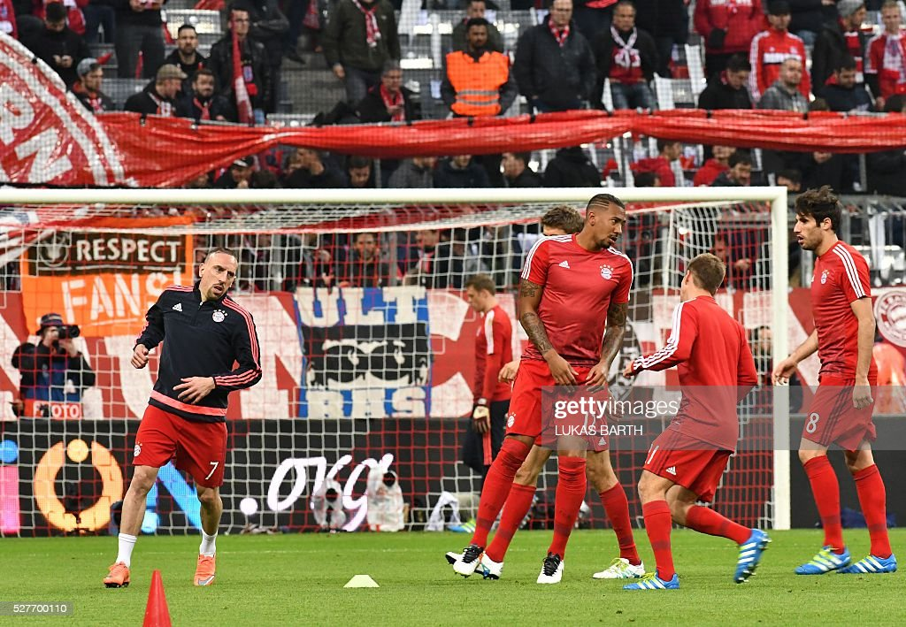 Bayern Munich's players warm up prior to the UEFA Champions League semi-final, second-leg football match between FC Bayern Munich and Atletico Madrid in Munich, southern Germany, on May 3, 2016 / AFP / LUKAS