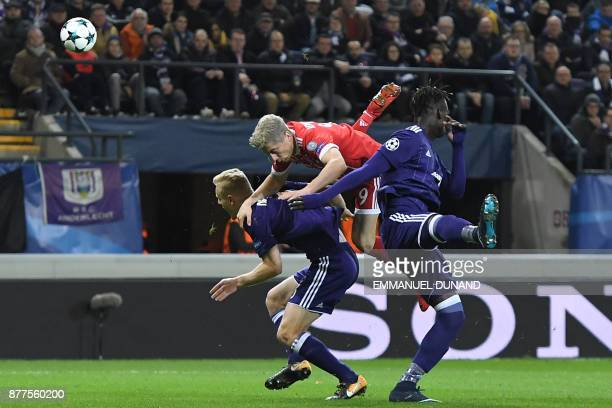 TOPSHOT Bayern Munich's Polish forward Robert Lewandowski vies with Anderlecht's Senegalese defender Serigne Mbodji during the UEFA Champions League...
