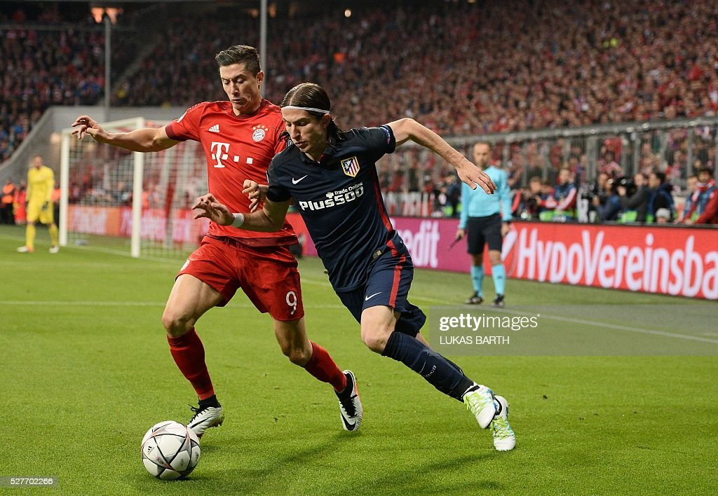 Bayern Munich's Polish striker Robert Lewandowski (L) and Atletico Madrid's Brazilian defender Filipe Luis vie for the ball during the UEFA Champions League semi-final, second-leg football match between FC Bayern Munich and Atletico Madrid in Munich, southern Germany, on May 3, 2016. / AFP / LUKAS