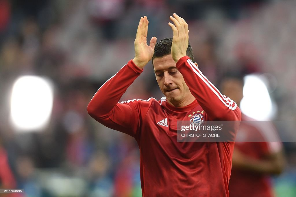 Bayern Munich's Polish striker Robert Lewandowski applauds as he arrives on the pitch to warm up prior to the UEFA Champions League semi-final, second-leg football match between FC Bayern Munich and Atletico Madrid in Munich, southern Germany, on May 3, 2016. / AFP / Christof Stache
