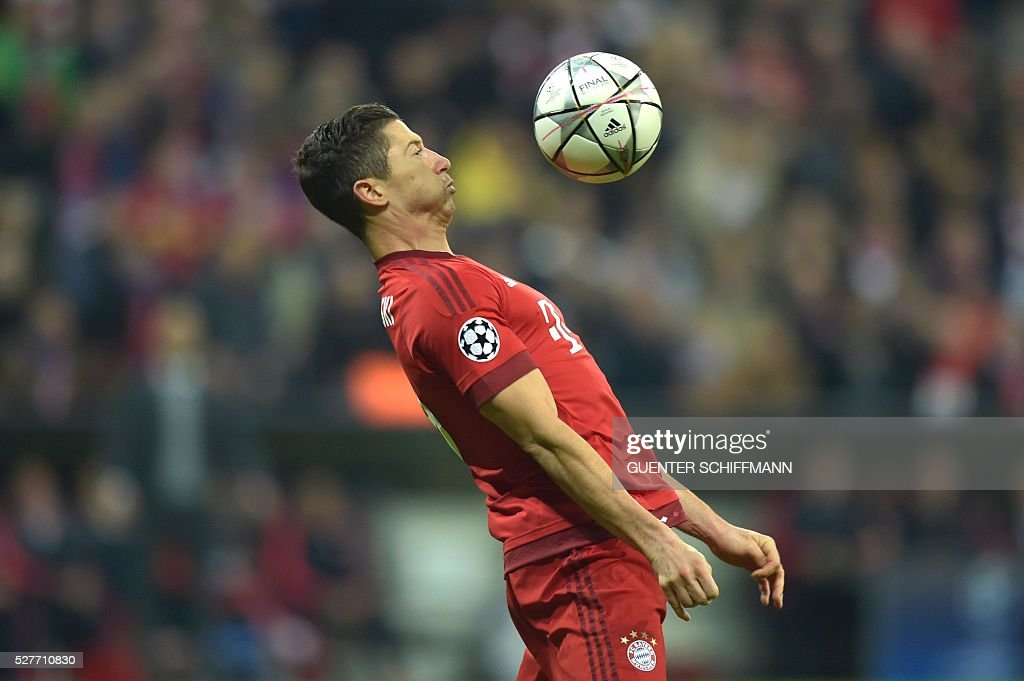 Bayern Munich's Polish striker Robert Lewandowski plays the ball during the UEFA Champions League semi-final, second-leg football match between FC Bayern Munich and Atletico Madrid in Munich, southern Germany, on May 3, 2016. / AFP / GUENTER