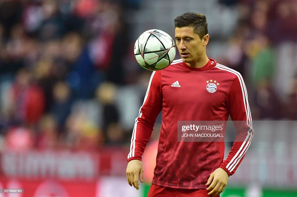 Bayern Munich's Polish striker Robert Lewandowski warms up prior to the UEFA Champions League semi-final, second-leg football match between FC Bayern Munich and Atletico Madrid in Munich, southern Germany, on May 3, 2016. / AFP / John MACDOUGALL
