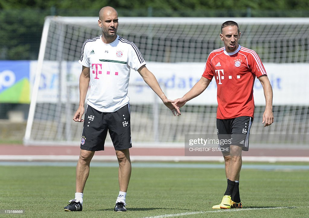 Bayern Munich's Spain head coach Pep Guardiola (L) and Bayern Munich's French midfielder Franck Ribery (R) follow the training session at the team training camp of FC Bayern Munich in Arco, Itlay, on July 9, 2013. AFP PHOTO/CHRISTOF STACHE
