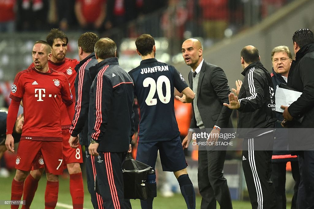 Bayern Munich's Spanish head coach Pep Guardiola (4thR) argues with Atletico Madrid's defender Juanfran (C) during the UEFA Champions League semi-final, second-leg football match between FC Bayern Munich and Atletico Madrid in Munich, southern Germany, on May 3, 2016. / AFP / Christof Stache