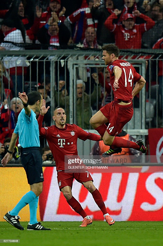 Bayern Munich's Spanish midfielder Xabi Alonso (R) celebrates scoring next to Bayern Munich's French midfielder Franck Ribery (C) during the UEFA Champions League semi-final, second-leg football match between FC Bayern Munich and Atletico Madrid in Munich, southern Germany, on May 3, 2016. / AFP / GUENTER