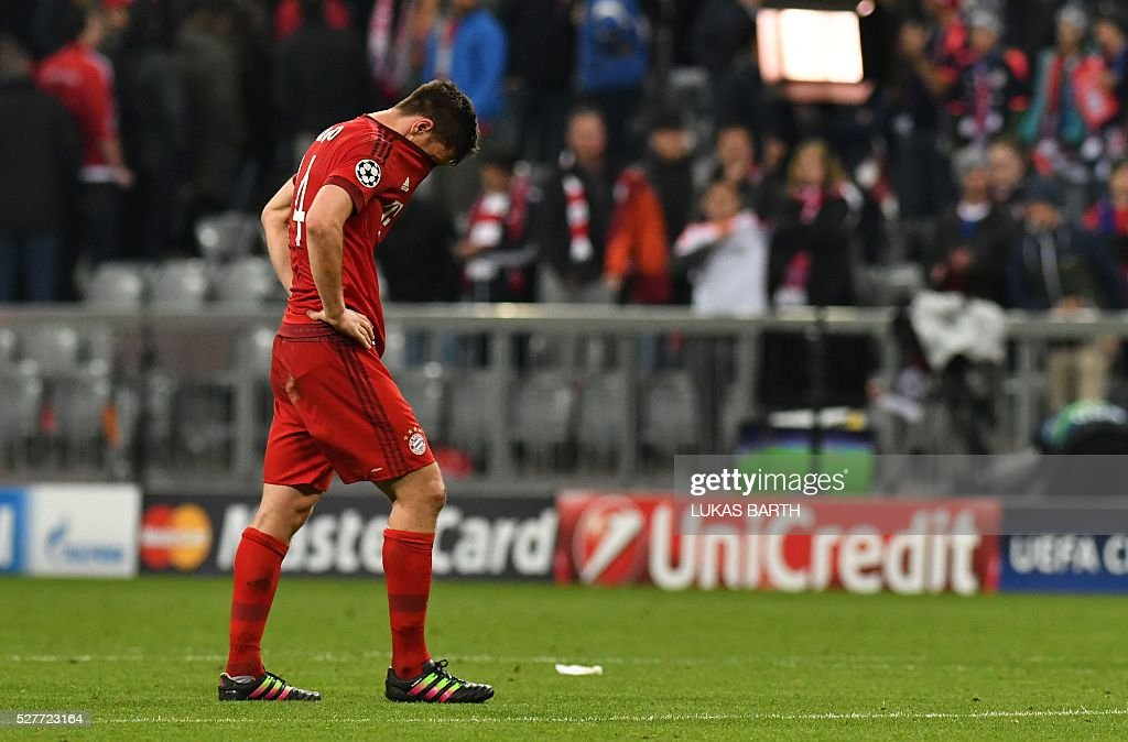 Bayern Munich's Spanish midfielder Xabi Alonso reacts after the UEFA Champions League semi-final, second-leg football match between FC Bayern Munich and Atletico Madrid in Munich, southern Germany, on May 3, 2016. / AFP / LUKAS