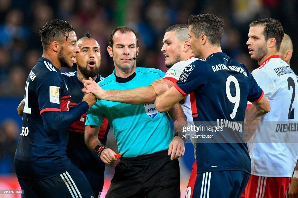Bayern players and Hamburg players argue after a foul during the German first division Bundesliga football match between Hamburg SV and FC Bayern Munich in Hamburg, northern Germany, on October 21, 2017. / AFP PHOTO / John