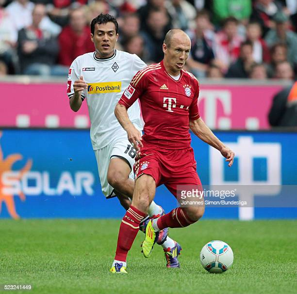 BayernSpieler Arjen Robben und BorussiaSpieler Juan Arango kaempfen beim BundesligaSpiel zwischen dem FC Bayern Muenchen und Borussia...