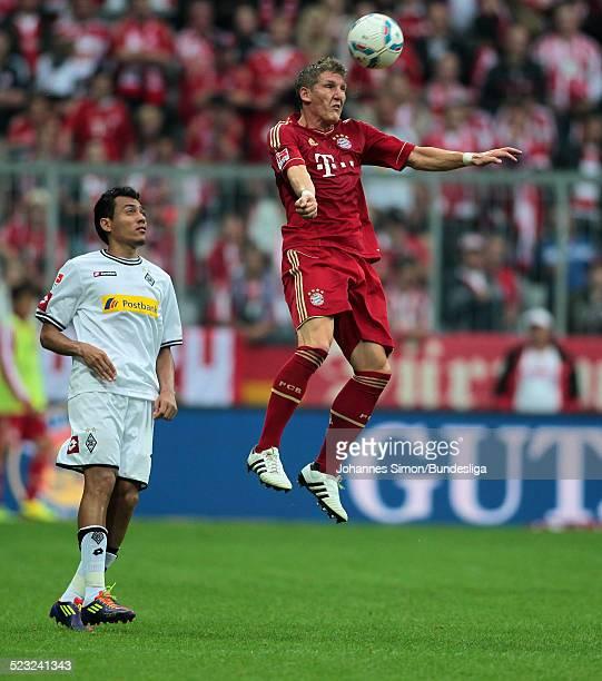 BayernSpieler Bastian Schweinsteiger und BorussiaSpieler Igor de Camargo kaempfen beim BundesligaSpiel zwischen dem FC Bayern Muenchen und Borussia...