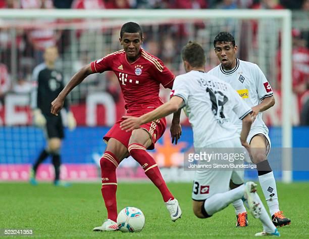 BayernSpieler Luiz Gustavo und die BorussiaSpieler Roman Neustaedter und Igor de Camargo kaempfen beim BundesligaSpiel zwischen dem FC Bayern...