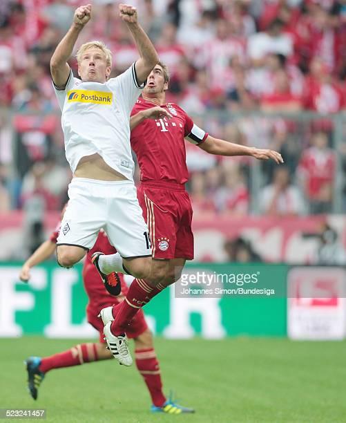 BayernSpieler Philipp Lahm und BorussiaSpieler Mike Hankekaempfen beim BundesligaSpiel zwischen dem FC Bayern Muenchen und Borussia Moenchengladbach...