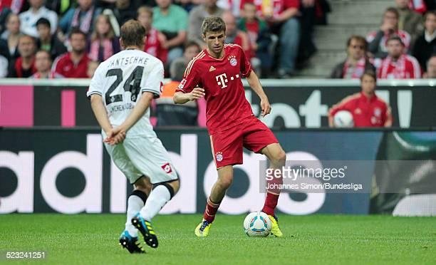 BayernSpieler Thomas Mueller und BorussiaSpieler Tony Jantschke kaempfen beim BundesligaSpiel zwischen dem FC Bayern Muenchen und Borussia...
