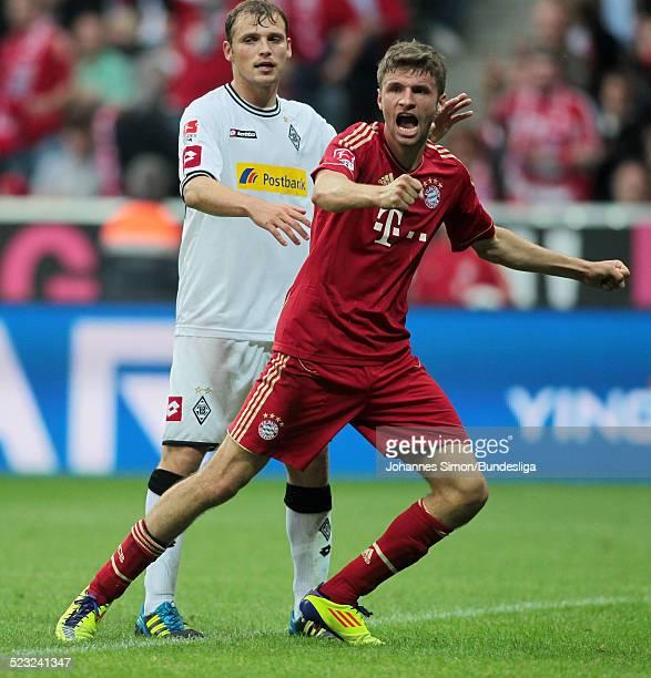 BayernSpieler Thomas Mueller und BorussiaSpieler Tony Jantschke streiten beim BundesligaSpiel zwischen dem FC Bayern Muenchen und Borussia...