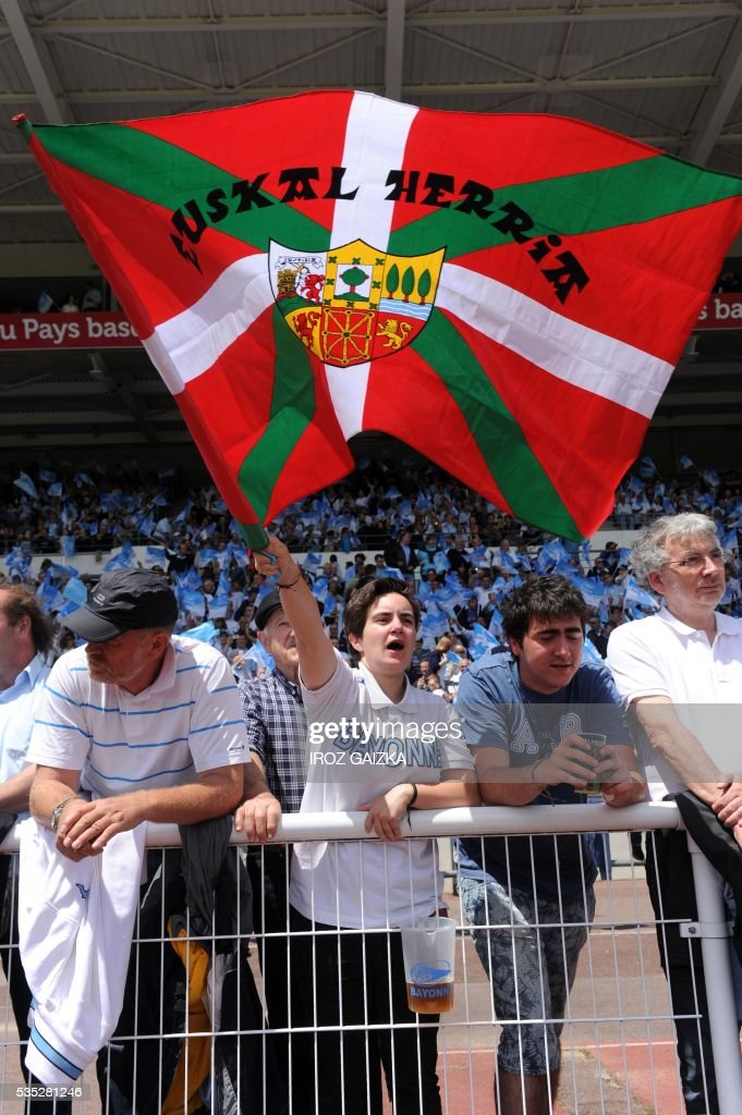 A Bayonne supporter waves the Basque flag during the French Pro D2 semi-final rugby union match between Bayonne and Colomiers at the Jean Dauger stadium on May 29, 2016 in Bayonne, southwestern France. Bayonne defeated Colomiers 28-16. / AFP / IROZ