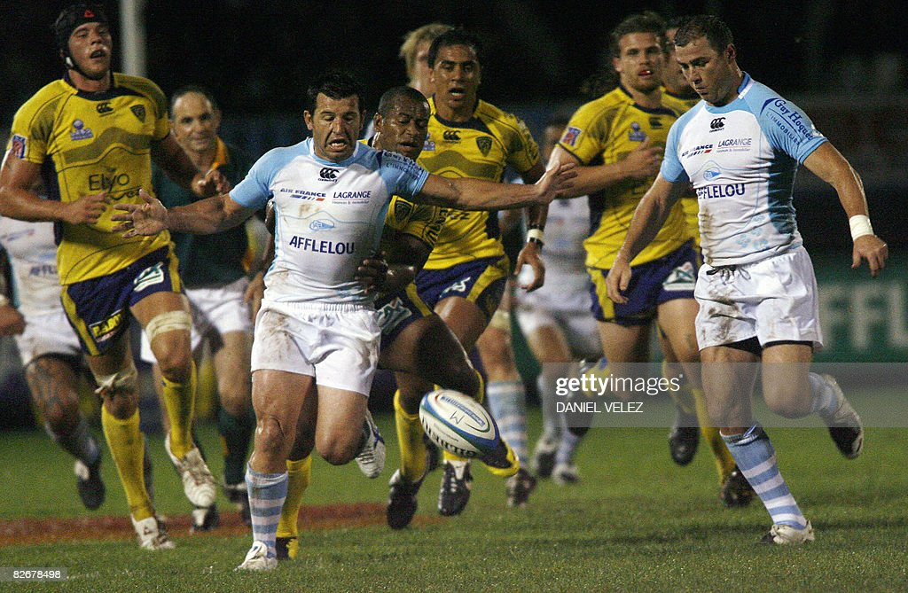 Bayonne's flyhalf Manuel Edmonds and his teammate flanker Jacques Deen try to catch the ball in front of Clermont's players during their French Top...