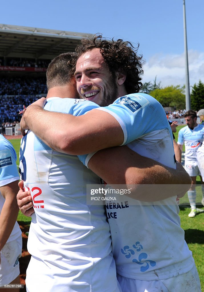 Bayonne's French winger Julien Jane (R) celebrates after winning the French Pro D2 semi-final rugby union match between Bayonne and Colomiers at the Jean Dauger stadium on May 29, 2016 in Bayonne, southwestern France. Bayonne defeated Colomiers 28-16. / AFP / IROZ