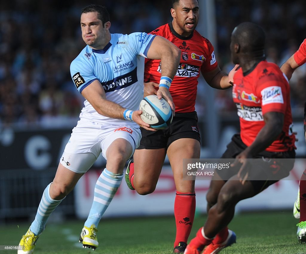 Bayonne's fullback Scott Spedding passes the ball during the French Top 14 rugby union match Aviron Bayonnais vs Union Sportive Oyonnax Rugby on...