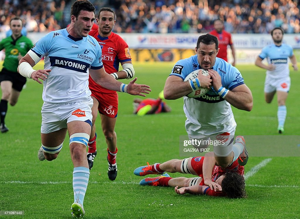 Bayonne's fullback Scott Spedding scores a try during the French Top 14 rugby union match between Aviron Bayonnais and Grenoble at Jean Dauger...