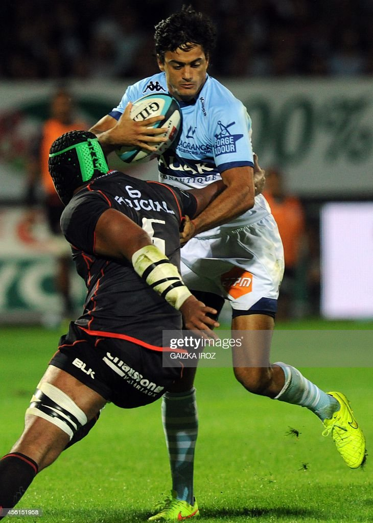 Bayonne's winger Martin Bustos Moyano vies with Toulouse's second row Patricio Albacete during the French Top 14 rugby union match between Aviron...