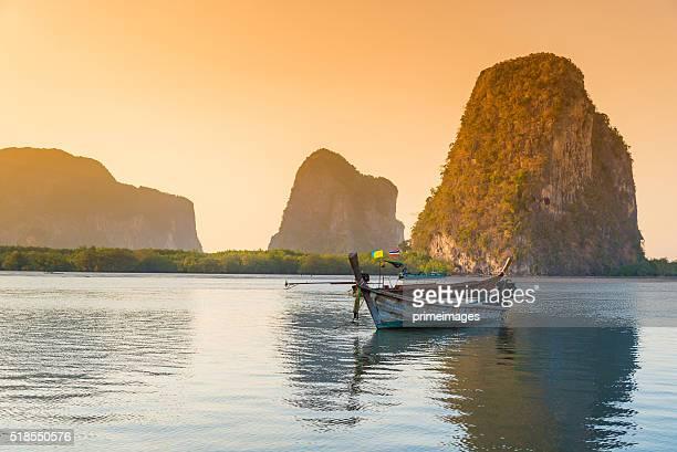 Strand und tropischen Meer mit long-tail-Boot in thailand
