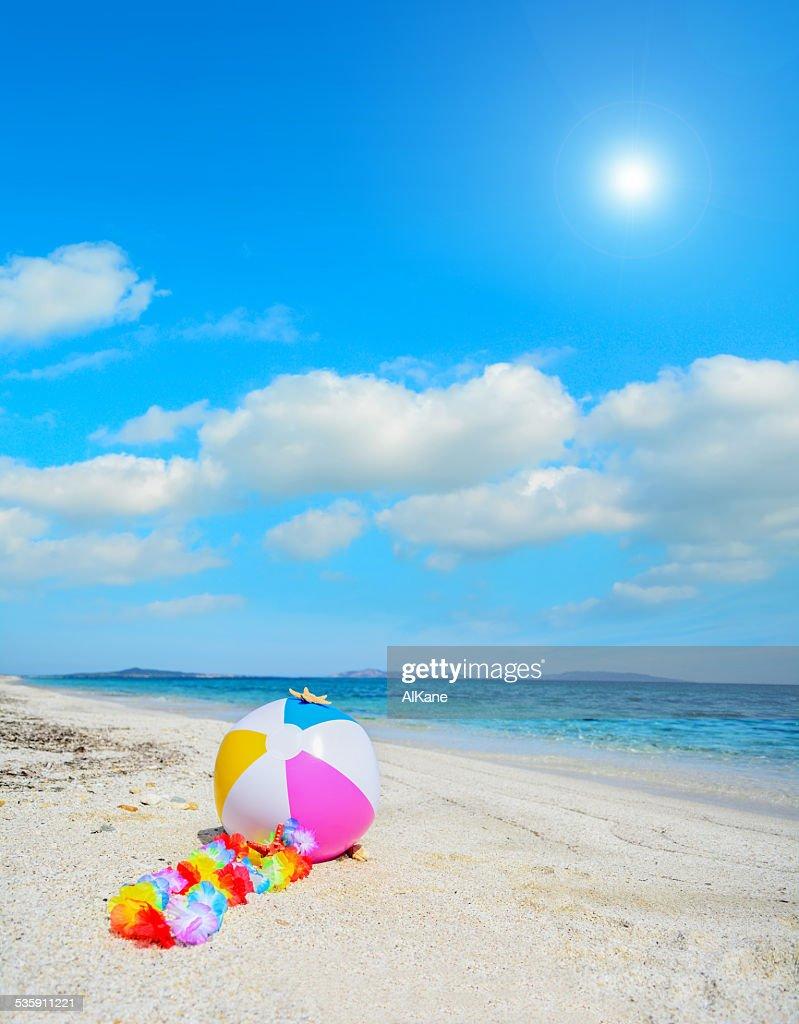 Bola de Praia com colar Havaiano : Foto de stock