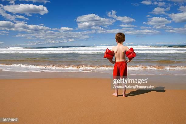 Strand Kind stehend